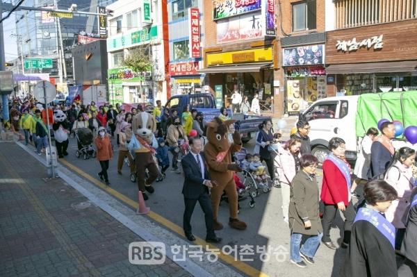주민과 함께 유모차 행진 (사진=해남군)